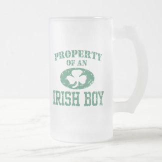 Propiedad de un muchacho irlandés taza cristal mate