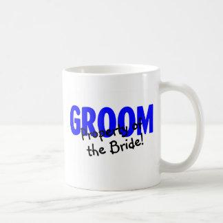 Propiedad del novio de la novia taza básica blanca