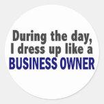 Propietario de negocio durante el día pegatinas redondas