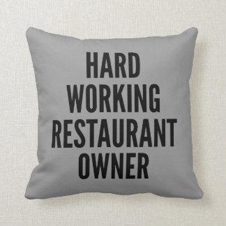 Propietario de restaurante de trabajo duro cojín decorativo