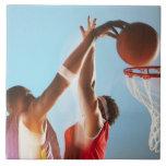 Propósito borroso de dunking del jugador de básque azulejo cuadrado grande