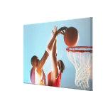 Propósito borroso de dunking del jugador de básque impresion de lienzo