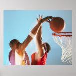 Propósito borroso de dunking del jugador de básque póster