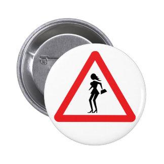 Prostituta de la precaución (prostituta de pin redondo de 2 pulgadas