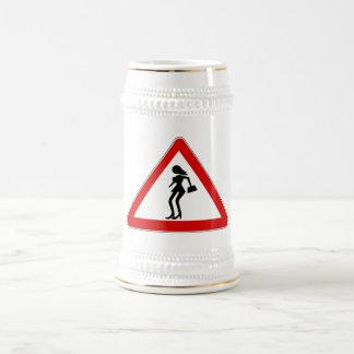 Prostitutas de la atención (1), señal de tráfico, jarra de cerveza