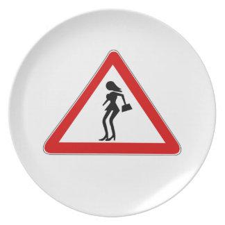 Prostitutas de la atención (1), señal de tráfico, plato de comida