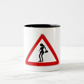 Prostitutas de la atención (1), señal de tráfico, taza dos tonos