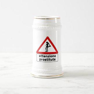 Prostitutas de la atención (2), señal de tráfico, jarra de cerveza