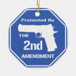 Protegido por la segunda enmienda .png (azul) adorno navideño redondo de cerámica