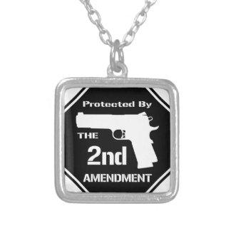 Protegido por la segunda enmienda .png (negro) colgante cuadrado