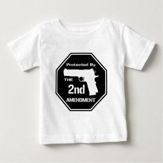 Protegido por la segunda enmienda .png (negro) playera para bebé
