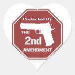 Protegido por la segunda enmienda (roja) pegatinas de corazon