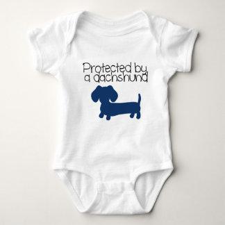 Protegido por un Dachshund (azul) Body Para Bebé