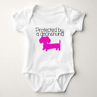 Protegido por un Dachshund (rosa) Body Para Bebé