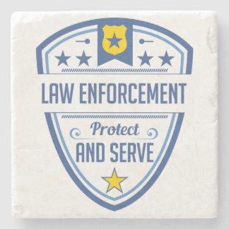 Proteja y sirva la insignia de la policía posavasos de piedra