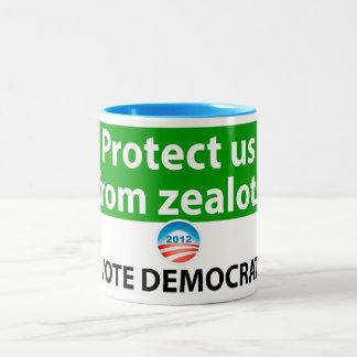 Protéjanos contra defensores: Vote a Demócrata Taza De Dos Tonos