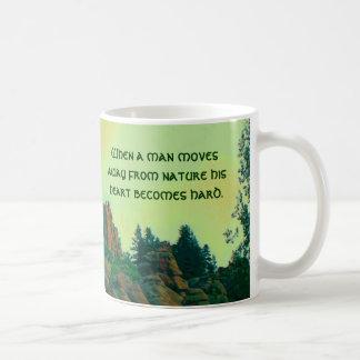 proverbio del lakota del hombre y de la naturaleza taza básica blanca