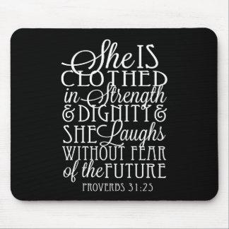 Proverbios 31 regalos - vestidos en fuerza y mouse pads