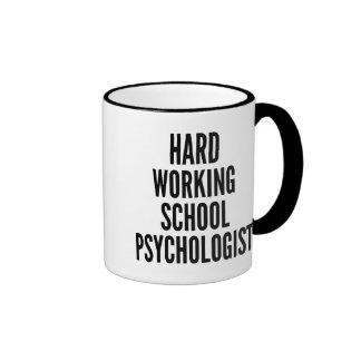 Psicólogo de trabajo duro de la escuela taza a dos colores