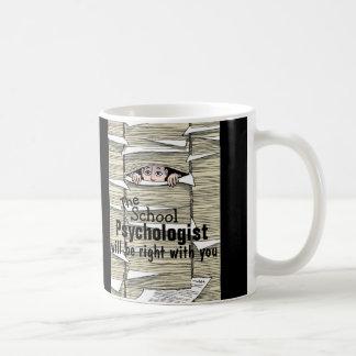Psicólogo divertido de la escuela enterrado en taz taza básica blanca