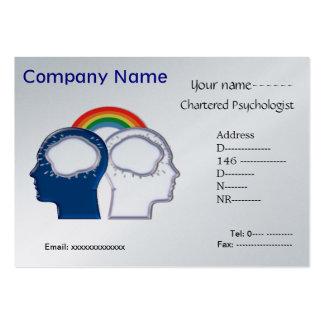 Psicólogo que comparte la tarjeta de visita de las