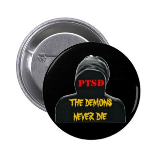 PTSD: LOS DEMONIOS NUNCA MUEREN PIN EN UTTON PIN REDONDO 5 CM