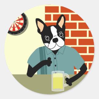Pub de la cerveza del Dartboard de Boston Terrier Pegatina Redonda
