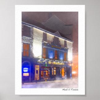 Pub irlandés caliente en una noche fría del póster