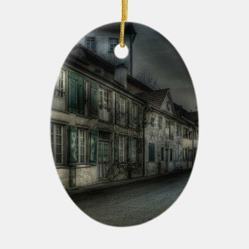 Pueblo abstracto de la oscuridad de la ciudad adorno navideño ovalado de cerámica