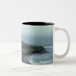 Pueblo de playa melancólico tazas de café