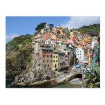 Pueblo de Riomaggiore en Cinque Terre, Italia Postal