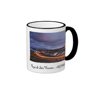 Pueblo en el crepúsculo taza de café