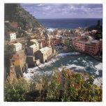 Pueblo hermoso de Vernazza en el Cinque Azulejo Cuadrado Grande