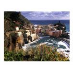 Pueblo hermoso de Vernazza en el Cinque Tarjetas Postales