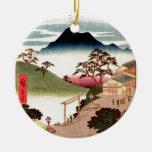 Pueblo japonés con la montaña adorno navideño redondo de cerámica