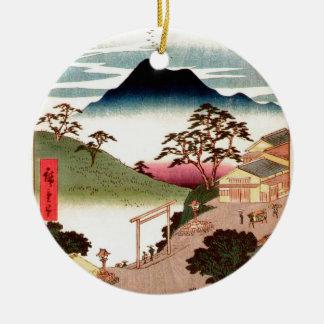 Pueblo japonés con la montaña adorno redondo de cerámica