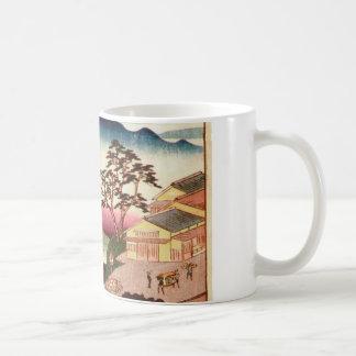 Pueblo japonés con la montaña taza