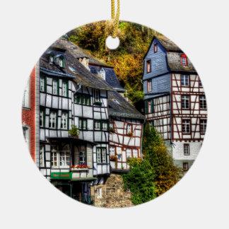 Pueblo medieval Monschau en Alemania Ornato