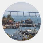 Pueblo y Coronado del puerto vistos de la cubierta Etiquetas Redondas