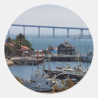 Pueblo y Coronado del puerto vistos de la cubierta Pegatina Redonda