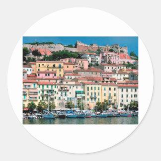 Pueblo y puerto de Italia de la costa de mar Etiqueta Redonda