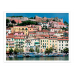 Pueblo y puerto de Italia de la costa de mar Postal