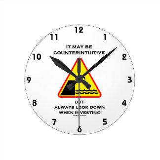 Puede ser mirada antiintuitiva abajo invierte siem reloj
