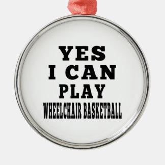 Puedo jugar sí a baloncesto de silla de ruedas adorno redondo plateado
