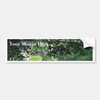 Puente a la colina de la fresa en el lago stow en  etiqueta de parachoque