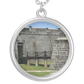 Puente al fuerte de St Augustine a través de la Colgante Redondo