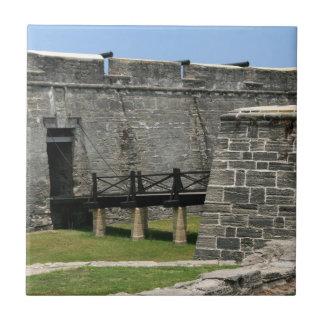 Puente al fuerte de St Augustine a través de la fo Azulejo Cuadrado Pequeño