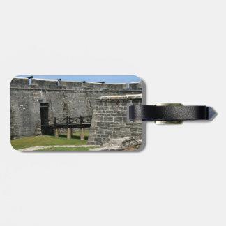 Puente al fuerte de St Augustine a través de la fo Etiquetas Maletas