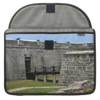 Puente al fuerte de St Augustine a través de la fo Funda Macbook Pro