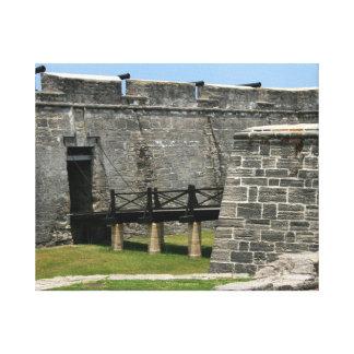 Puente al fuerte de St Augustine a través de la fo Impresión En Lienzo Estirada